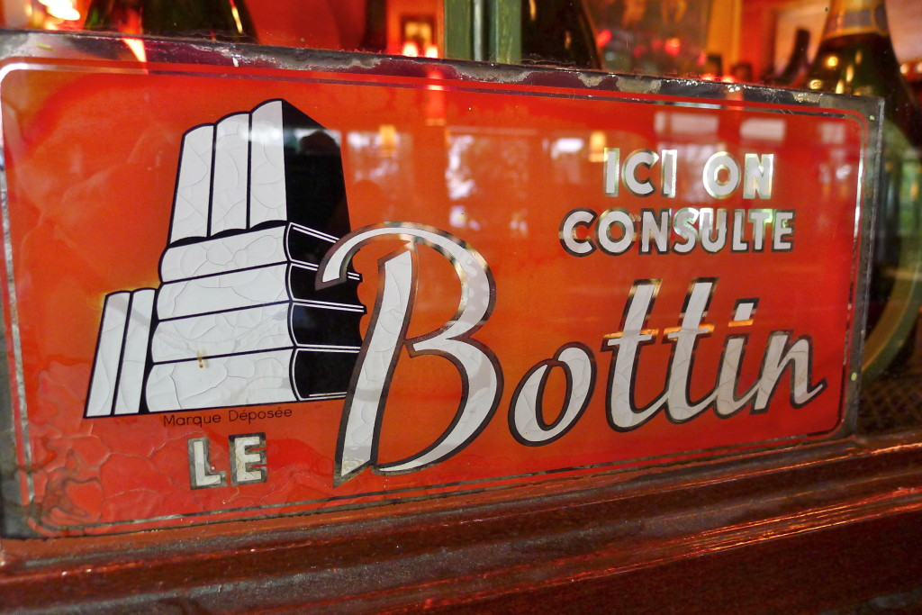 Ici on consulte le bottin, panneau à la Closerie des Lilas, Paris (Hotels-HPRG/flickr.com)